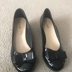 NWOT American eagle size 4 black with bow wedge